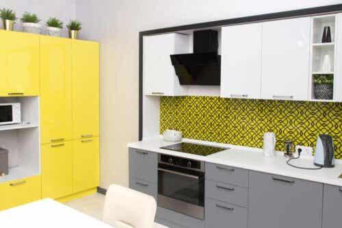 Keuken met grijs en geel