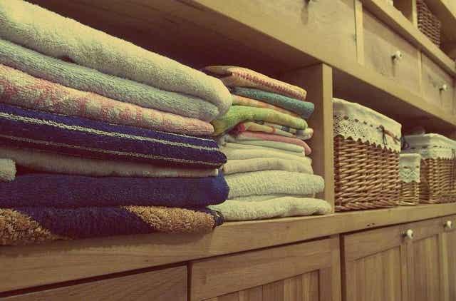 Stapel handdoeken in een kast