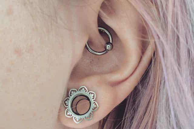 Vrouw met twee soorten oorpiercings