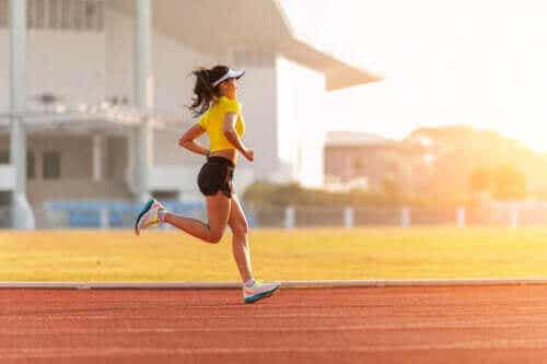 Een trainingsroutine voor hardlopers op een atletiekbaan