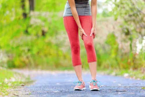 Vrouw houdt haar pijnlijke been vast