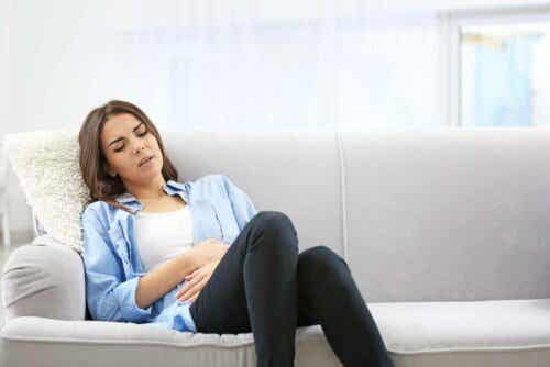 Vrouw met hevige buikpijn