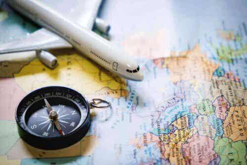 Kompas op een wereldkaart