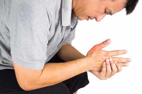 Een man met pijn aan zijn hand