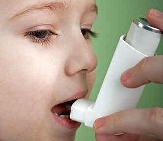 Een kind met een inhalator