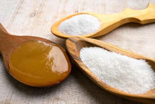 Verschillende soorten suiker op houten lepels