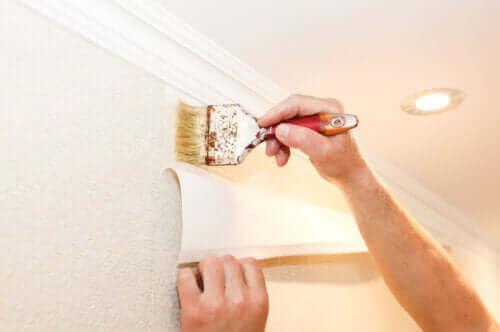 Hoe breng je behang aan op de muur?