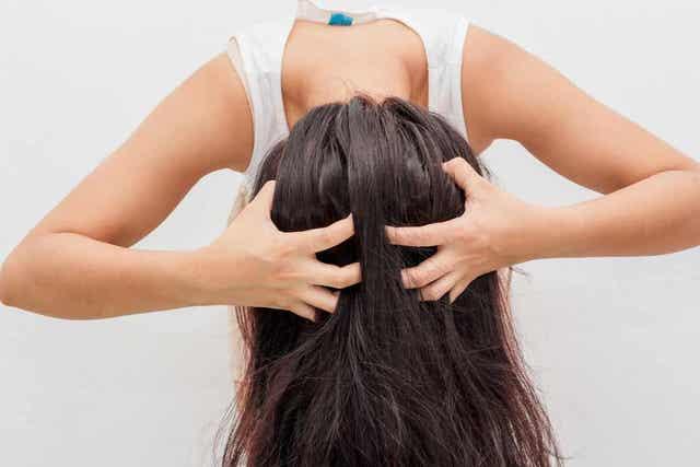 Masseer je haar met een speciale shampoo tegen roos