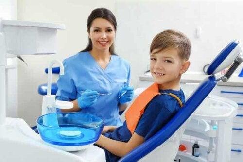 Een kind zit in de stoel van de tandarts