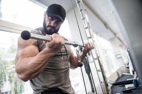 Een bodybuilder heft gewichten