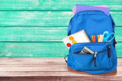 Een blauwe rugzak met schoolspullen erin
