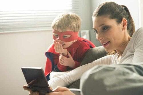 Een vrouw kijkt naar een foto met een kind